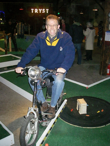 Seattle smash putt miniature golf course capitol hill for Large motorized rotating platform